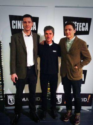 El guionista de la película Puro Maratón, Alex Calabuig, y el director, Rodrigo Moro, junto a Martín Fiz en la presentación del film en Madrid