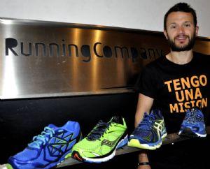 El autor del artículo, Pablo Martín, junto a las zapatillas analizadas
