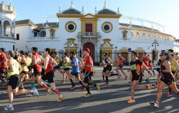 Corredores del Maratón de Sevilla pasando junto a la Maestranza