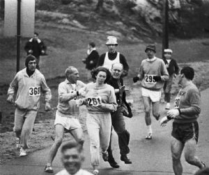 Kathrine Switzer, corriendo la Maratón de Boston en 1967, cuando el director de la carrera intento obligarla a retirarse