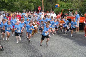 Niños participando en una carrera infantil