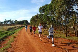 El autor del libro, corriendo con los keniatas