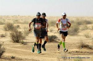 Los tres primeros clasificados de los 100 Km del Sahara en plena carrera