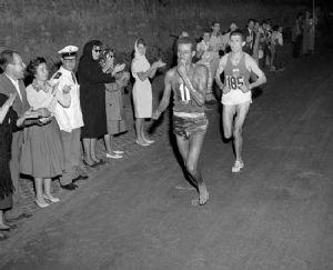 Abebe Bikila ganó el Maratón olímpico de Roma descalzo en 1960