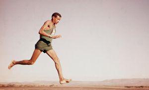 Bikila volvió a ganar el maratón olímpico en Tokio en 1964 y fue un héroe en su país