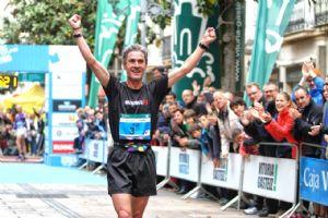 Martín Fiz, tras entrar en meta en segunda posición en el Maratón de Vitoria 2014