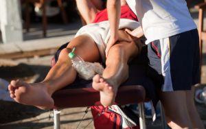 Muchos corredores acuden a fisioterapuetas, osteópatas o acupuntores para tratar sus lesiones
