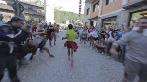 Kilian Jornet, llegando a Cervinia tras su récord de ascensión y descenso al Cervino