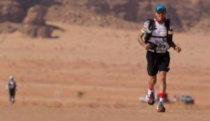 Chema Martínez, durante la Sahara Race en Jordania en febrero de 2014 (Foto: Racing The Planet)