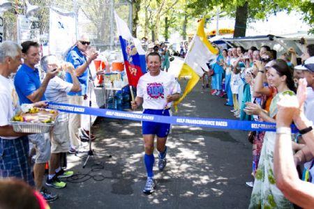 El ganador de la Self-Trascendence Race en 2013, concluyendo su carrera