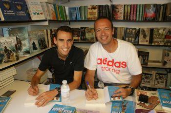Javier Serrano y Victor García, firmando en la Feria del Libro