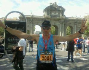 Espíritu González posando junto a la Puerta de Alcalá en la Maratón de Madrid