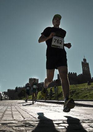 Un corredor durante la Media Maratón Ávila Monumental del año 2013