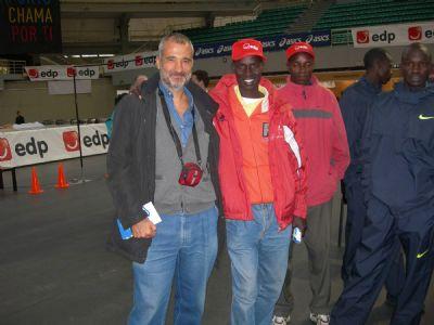 El autor del artículo, José Manuel Torralba, con el keniata James Moiben