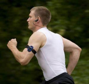 Algunos expertos consideran que escuchar música mientras corremos puede ayudar a mejorar el rendimiento