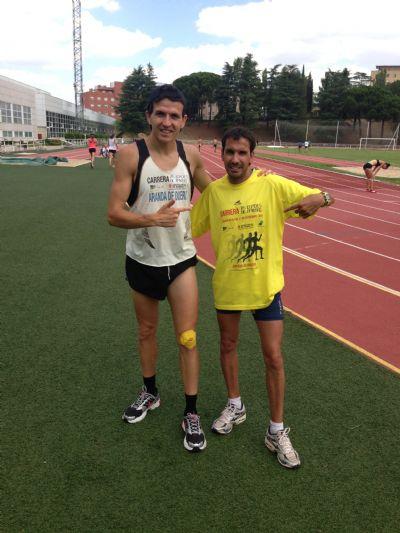 Juan Carlos Higuero, organizador de la carrera, con Juan Carlos de la Ossa, liebre de 40 minutos en la prueba