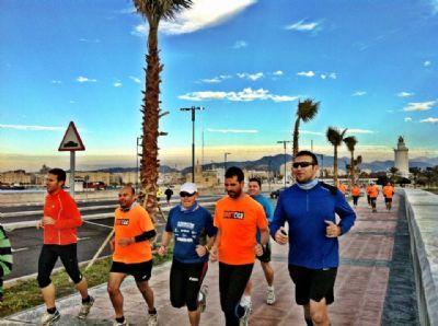 Corredores de la Marea Naranja, de Málaga, en un entrenamiento