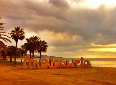 La playa de la Malagueta es uno de los lugares por los que entrenan los corredores malagueños