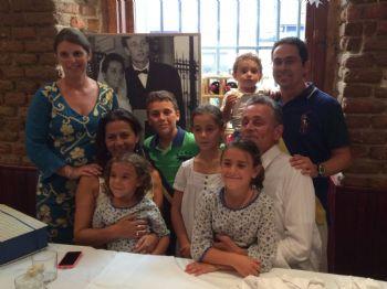 Pablo Sánchez Carmenado, junto a su familia