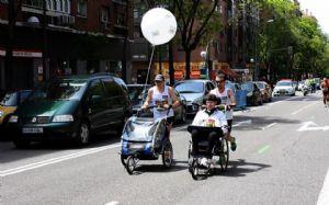 Pedro y su amigo Manuel, con Carlos Espada en la silla de ruedas durante una carrera