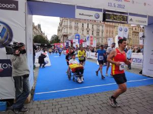 Cruzando la meta del Maratón de Praga en 2012