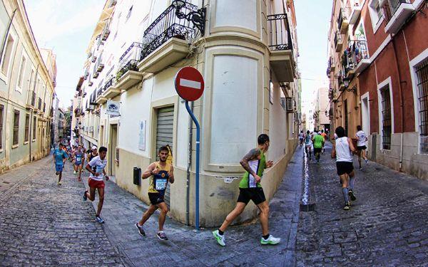 La carrera Sanitas Marca Running Series de Alicante pasa por el casco antiguo de la ciudad