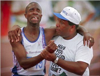 Derek Redmond y su padre, en la semifinal de 400 metros de Barcelona 92