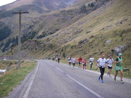 Participantes en la carrera en Transfagarasan, Rumanía
