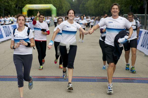 Corredores llegando a meta en la última Carrera Solidaria BBVA