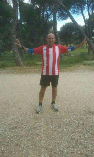 Juan Carlos García, corriendo en la Casa de Campo con su camiseta del Atlético de Madrid