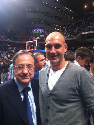 Javier Ullé, forofo del Real Madrid, con el presidente de la entidad