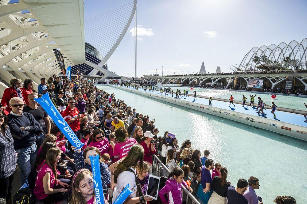 Más de 20.000 atletas desafiaron al viento y llegaron a meta espoleados por un público que animó a los corredores en cada metro del trazado