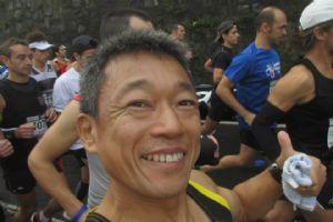 Shinichi Sasaki corre con su cámara en la mano y su sonrisa en la cara