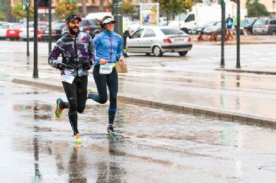 Estar abrigados y llevar prendas impermeables antes de la carrera es muy importante