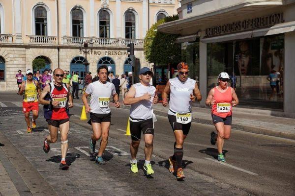 Patxi Saavedra, guía, y Roberto Cordero, corredor ciego, participando en la Media Maratón de Burgos