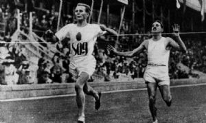 El finlandés Hannes Kolehmanainen disputándose la victoria con el francés Jean Bouin en los 5.000 metros de los Juegos Olímpicos de 1912