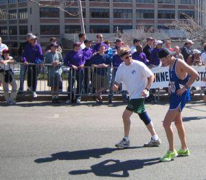 El tío del mazo no sólo aparece en el kilómetro 33 de una maratón
