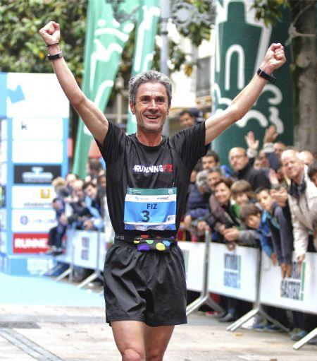 Martín Fiz, entrando en meta en la Maratón de Vitoria en la edición de 2014