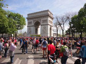 Corredores del Maratón de París, junto al Arco del Triunfo