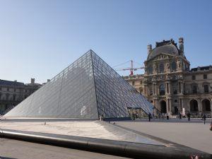 Exterior del Museo del Louvre, en París