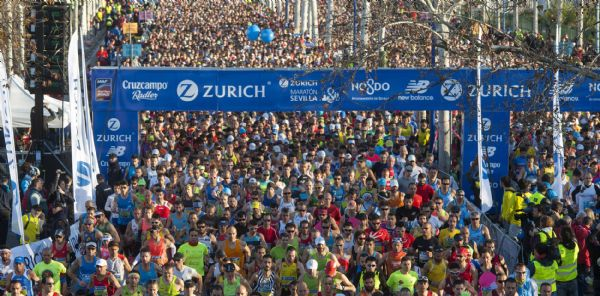 Los primeros corredores en la salida de la Maratón de Sevilla 2015