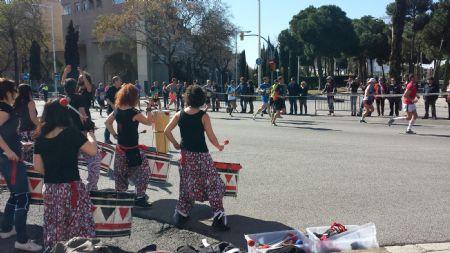 La Zurich Marató Barcelona contaba con decenas de grupos de música y batucadas para animar a los corredores