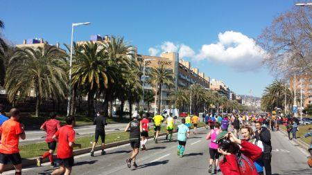 Maratonianos a la altura del kilómetro 35 el pasado domingo en Barcelona