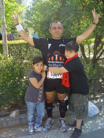 José Luis Basalo, tras concluir su primer Medio Maratón de Madrid, en 2010, con sus dos hijos