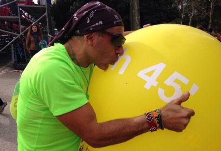 José Luis Basalo, besando el globo que llevó como liebre de 1.45 en el Medio Maratón de Madrid 2015