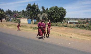Niños keniatas en el camino a Ziwa