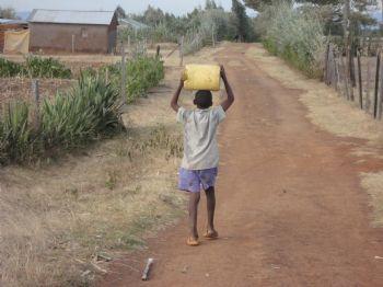 En muchas zonas de Kenia, niños y mujeres se encargan de llevar el agua sobre sus cabezas
