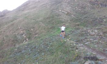 Es importante tener cuidado en las bajadas cuando corres en montaña