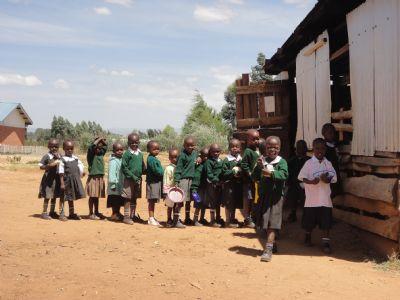 Los alumnos del centro educativo James Moiben, haciendo cola para recibir su comida
