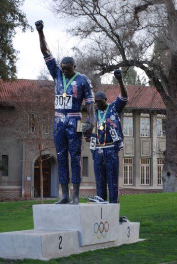 Estatua conmemorativa del momento reivindicativo de Carlos y Smith